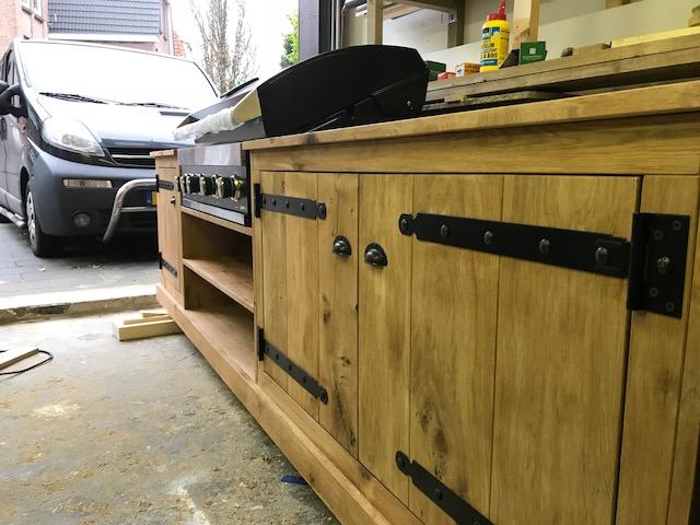 Buitenkeuken stage 4 met een ingebouwde grill