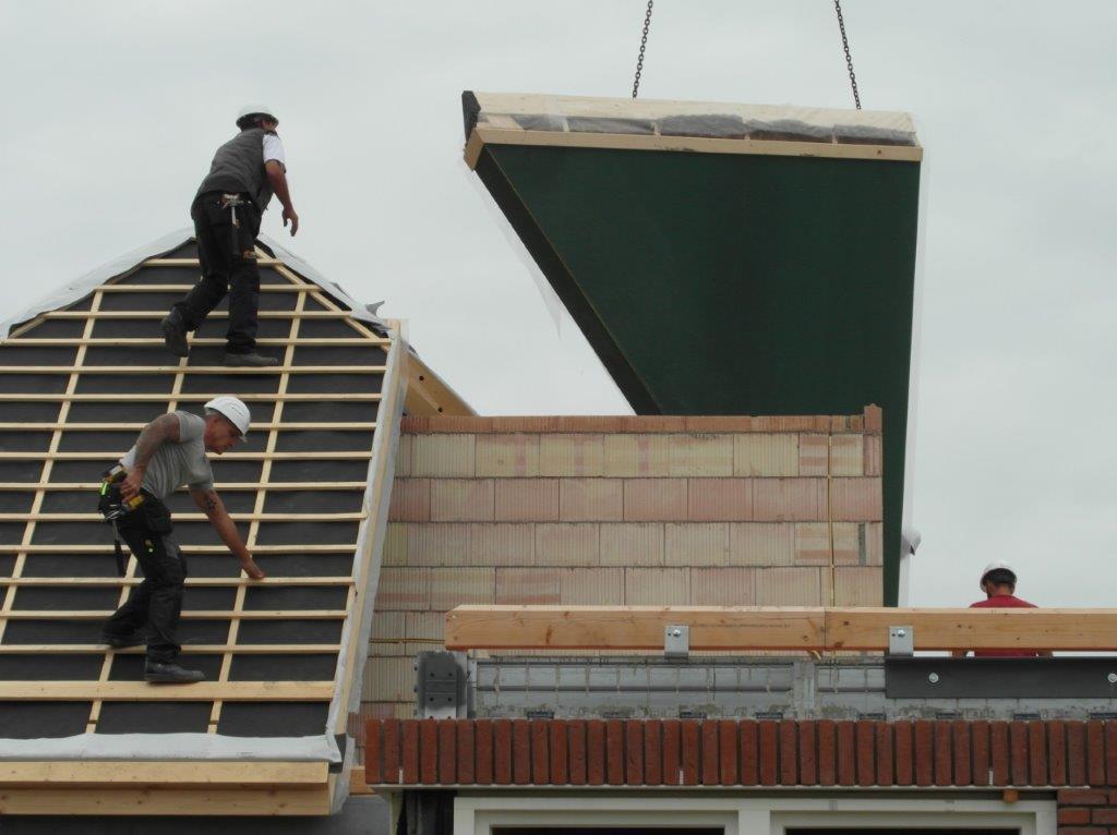 Op het dak met middelen geleverd door een kraan